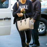 Nur eine ihrer zahlreichen Taschen des angesagten Labels Céline führt TV-Sternchen Khloe Kardashian hier aus. Wenn das Outfit eher trist und funktional ist, kann man ja auch ruhig mal einen Kleinwagen am Handgelenk spazieren tragen.