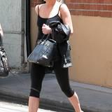 """Na, immerhin trägt sie Ton-in-Ton. Während Ashlee Simpsons Outfit eher nach Grabbeltisch aussieht, dürfte auch die Sängerin gut ein Jahr auf ihre super begehrte schwarze """"Birkin Bag"""" von Hermès gewartet haben. Hat sich gelohnt."""