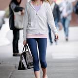"""Die bordeauxrote """"Alma Bag"""" aus Lackleder scheint für Model Jessica Hart ein durchaus angemessener Begleiter zur Trainingssession zu sein. Offensichtlich können Models auch in der Freizeit nicht aus ihrer glamourösen Haut."""