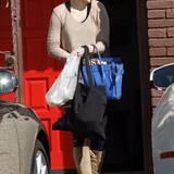 """Rumer Willis' Sweatshirt sieht zwar aus wie dreimal zu heiß gewaschen, ihre royalblaue """"Travel Bag"""" vom Luxuslabel Céline peppt den Schlabberlook dafür in Sekundenschnelle auf."""