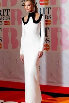 """Karlie Kloss darf bei den 35. """"Brit Awards"""" einen Preis überreichen."""