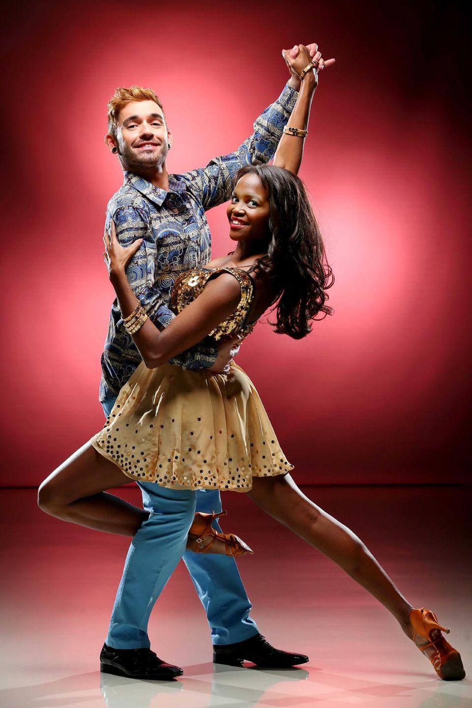 Musiker Daniel Küblböck wagt ein Tänzchen mit Motsi Mabuses Schwester Otile.