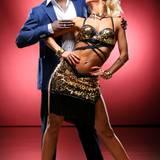 Der ehemalige Profifußballer Hans Sarpei tanzt mit Kathrin Menzinger.