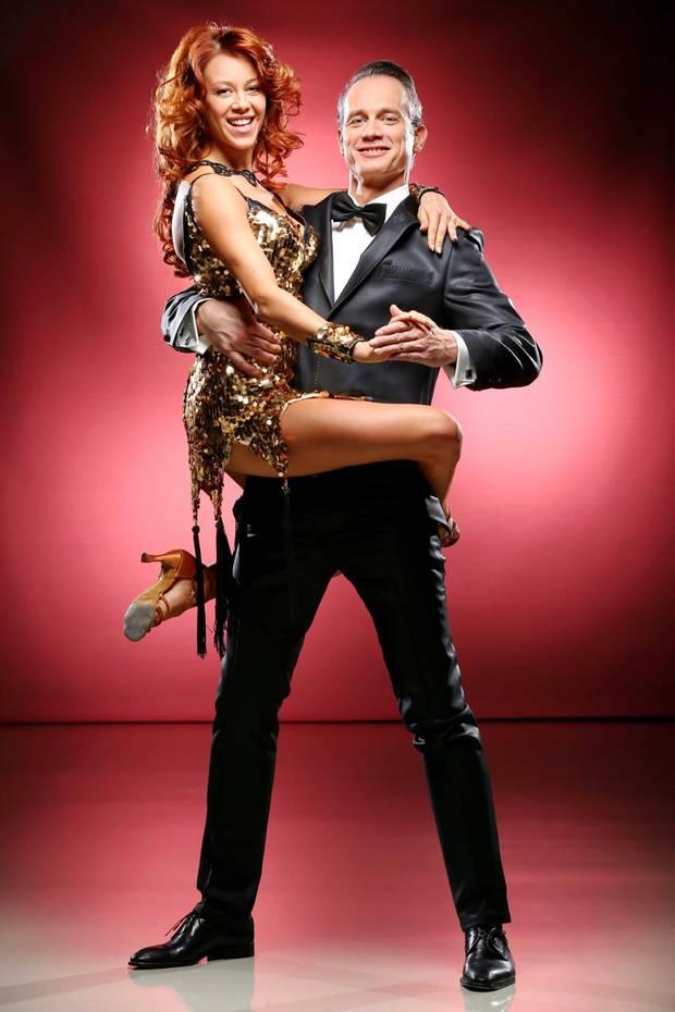 Schauspieler Ralf Bauer tanzt mit Oana Nechiti.