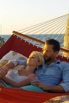 Beim Dreamdate kuscheln Liz und Oliver in der Hängematte.