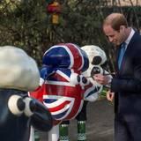 """China Tag 1: Der Herzog von Cambridge bemalt vor der britischen Botschaft eine Skulptur von """"Shaun das Schaf""""."""
