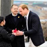 Japan Tag 4: Er bekommt einen roten Origami-Kranich geschenkt - ein Glückssymbol im Land des Lächelns.