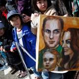 Japan Tag 3: Begeisterte Fans erwarten den Gast aus England mit einem Familienporträts von William, Herzogin Catherine und Söhnchen George.