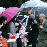 Japan Tag 1: Tokios Gouverneur Yoichi Masuzoe geleitet Prinz William zu einer Reihe von weiblichen Fans, die begeistert britische und japanische Fahnen schwenken.