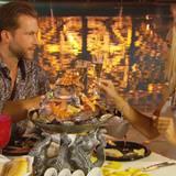 Oliver und Carolin genießen die Zweisamkeit bei einem romantischen Essen