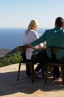 Gemeinsam mit Jürgen und Ingeborg genißen Oli und Caro mit Sekt den Ausblick auf der Terrasse.