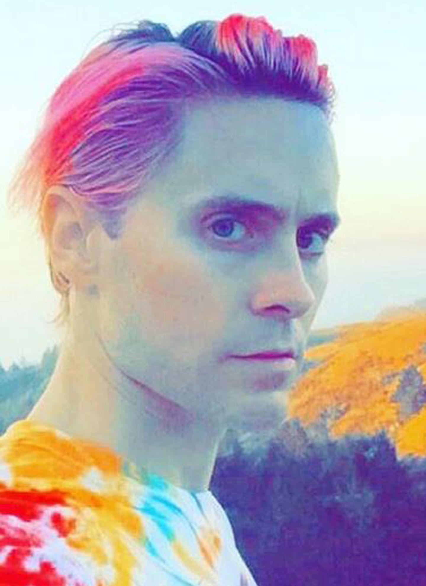 August 2015: Am Grün hat sich Jared Leto mittlerweile selbst sattgesehen und entscheidet sich für nun für Pink.