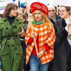 "Gemma Arterton, Paloma Faith und die Ururenkelin von Emmile Pankhurst, Laura Pankhurst, machen beim ""CARE International's Walk"" in London teil."