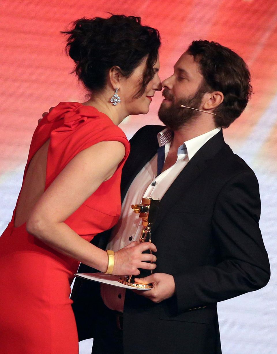 Als beste deutsche Schauspielerin wird Martina Gedeck ausgezeichnet. Die Goldene Kamera überreicht ihr Christian Ulmen.