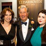 Gala-Gewinnspiel-Siegerin Grit von Bremen und ihre Begleitung posieren in der J.J.Darboven-Lounge mit Herrn Darboven für ein Foto.