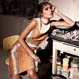 Patchwork  Miuccia Prada verleiht der Patchwork-Technik ein frisches Image. Ärmelloses Kleid im Inside-out-Look und Kniestrümpfe, beides von Prada