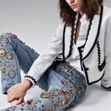 Matador  Mode für die große Arena: Torero-Jacke mit schwarzen Bordüren und passender Weste, weiße Rüschenbluse und Jeans mit Glitzerapplikationen, alles von Dolce & Gabbana