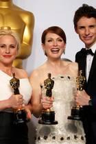 """Die vier wichtigsten Gewinner auf einem Bild: Der """"beste Nebendarsteller"""" J. K. Simmons, die """"beste Nebendarstellerin"""" Patricia Arquette, die """"beste Hauptdarstellerin"""" Julianne Moore und der """"beste Hauptdarsteller"""" Eddie Redmayne freuen sich gemeinsam über ihre Preise."""