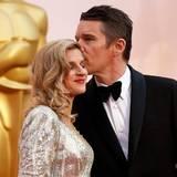 Ethan Hawke gibt seiner Frau Ryan einen Kuss, auch er macht sich Hoffnungen auf einen Oscar.