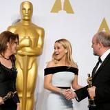 """Reese Witherspoon ging leider leer aus, freut sich jedoch mit Frances Hannon und Mark Coulier, die einen Oscar für das """"beste Make-Up"""" für den Film """"The Grand Budapest Hotel"""" mit nach Hause nehmen."""