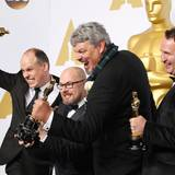 """Yeah! Die Gewinner Paul Franklin, Andrew Lockey, Ian Hunter und Scott Fisher jubeln über den Sieg in der Kategorie """"beste Spezialeffekte"""" für """"Interstellar""""."""