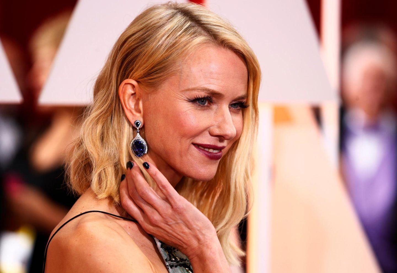 """Naomi Watts zeigt den Reportern am roten Teppich ihre wunderschönen Ohrringe von """"Bulgari""""."""
