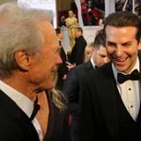 Clint Eastwood und Bradley Cooper spaßen auf dem roten Teppich herum.