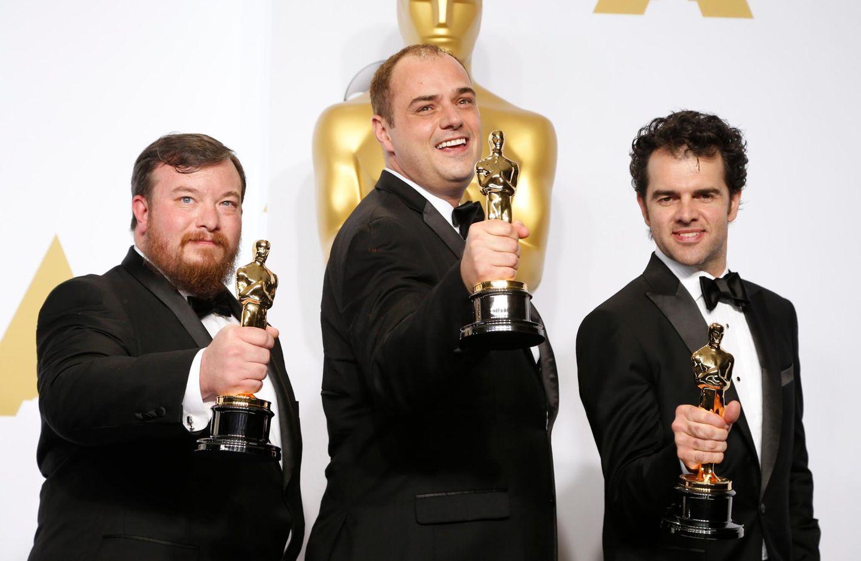 """Thomas Curley, Ben Wilkins und Craig Mann sind sichtlich stolz auf ihre Oscars für den """"besten Filmmusik-Schnitt""""."""