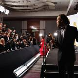 """Emmanuel Lubezki posiert für die Fotografen mit seinem Preis für die """"beste Kamera"""" für """"Birdman""""."""