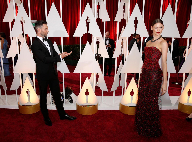 """Adam Levine applaudiert seiner Frau, """"Victoria's Secret""""-Model Behati Prinsloo, auf dem roten Teppich."""