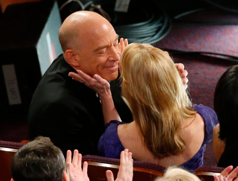 """J. K. Simmons bekommt von seiner Frau Michelle Schumacher einen Kuss, nachdem er als """"bester Nebendarsteller"""" gewinnt."""