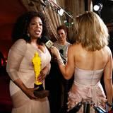 """Oprah Winfrey lässt sich mit einem """"Lego-Oscar"""" interviewen."""