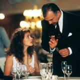 Als sympathischer Hoteldirektor bringt Hector Elizondo dem Straßenmädchen Vivian Benehmen und Etikette bei.