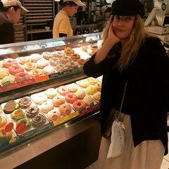 """Gesundes Essen steht bei Drew Barrymore ganz oben auf dem Speiseplan. Bei den bunten Donuts von """"Krispy Kreme"""" kommt sie dennoch ins Grübeln."""