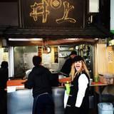 """Tokyo, 07.00 Uhr: Drew Barrymore steht für ein """"Ramen""""-Frühstück an. Die Nudelsuppe bestellt sie sich To-Go direkt an der Straße."""