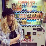 An jeder Ecke in Tokyo wartet auf Drew Barrymore das absolute Glück. Die unzähligen Eistee-Automaten haben es der beliebten Blondine besonders angetan.