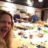 Barrymore meets Barbecue: Über das Robatayaki, ein original japanisches Grillkonzept, freut sich Drew besonders. Hier wird ihr Menü in der Show-Küche direkt vor ihren Augen zubereitet.