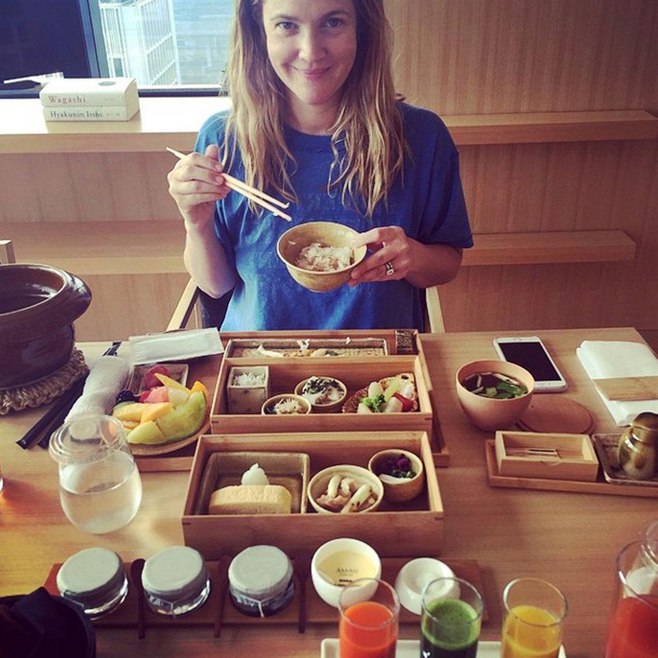 In den ersten Tag ihrer Tokyo-Reise startet Drew Barrymore mit einem japanischen Frühstück. Frisches Obst, Smoothies und Reis sorgen dabei für Vitamine und ausreichend Energie.