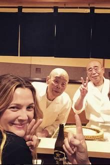 Ein Traum wird wahr: Den Abend genießt Drew Barrymore in einer sympathischen Männer-Runde. Zusammen mit Ehemann Will Kopelman lässt sie sich von den Sushi-Meistern Jiro und Yoshikazu bekochen.