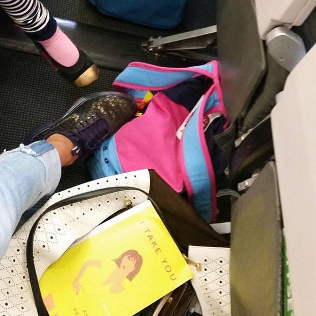 """Kunterbuntes Durcheinander: Im Flugzeug breiten die Parker-Broderick-Frauen ihre wichtigsten Reise-Utensilien aus und machen noch schnell ein """"Shoefie""""."""