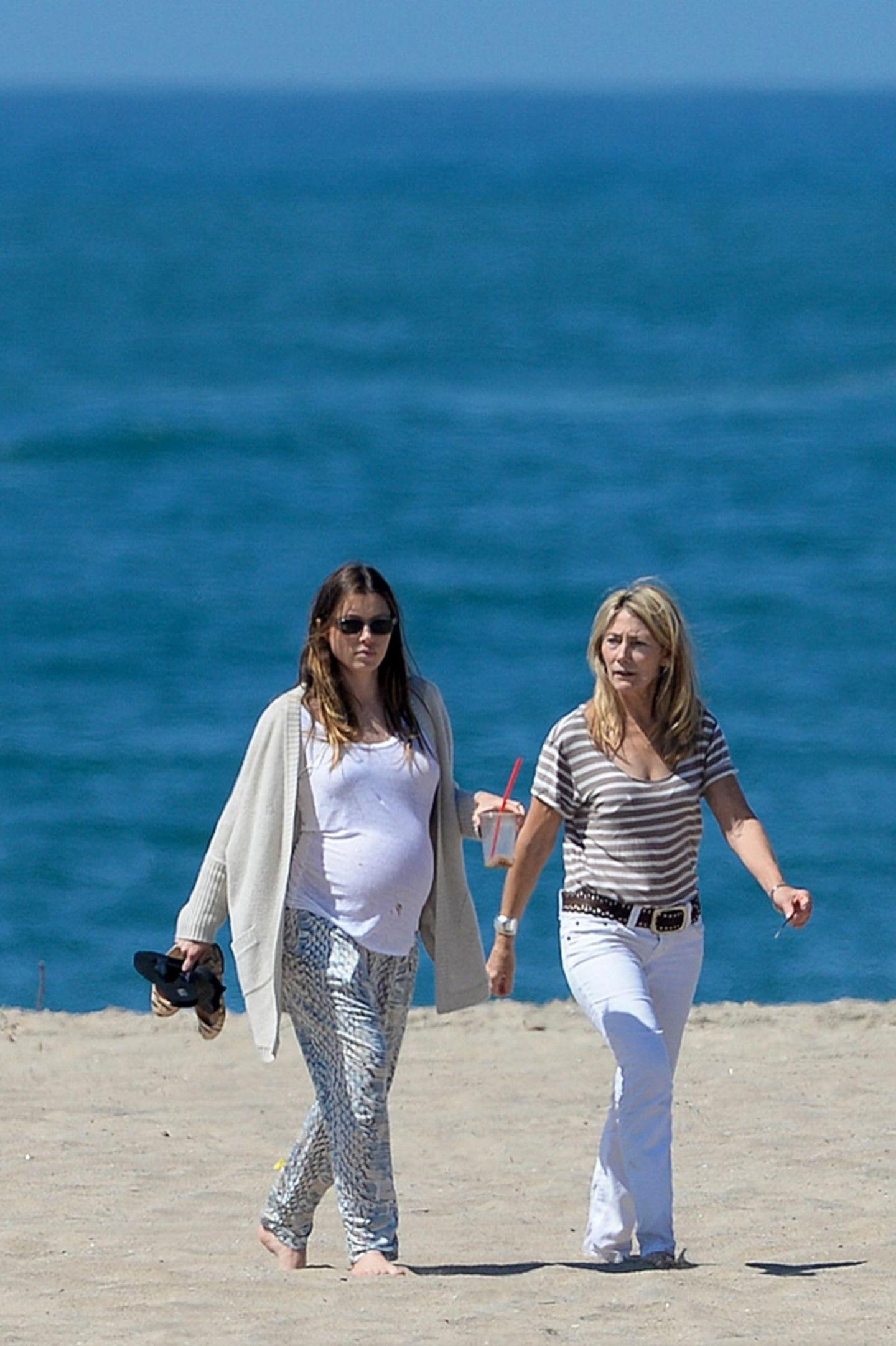 24. März 2015  Mit ihrer Mutter Kim macht die schwangere Jessica Biel einen ausgiebigen Spaziergang am Strand von Marina Del Rey.