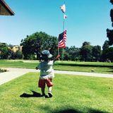 4. Juli 2016  Wie putzig! Justin Timberlake postet am amerikanischen Independence Day (Unabhängigkeitstag) einen seltenen Schnappschuss von Sohnemann Silas. Zwar sieht man den kleinen Racker nur von hinten, aber mit Hut und Flagge ist er trotzdem ein niedlicher Hingucker.
