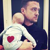 """Justin Timberlake feiert mit Söhnchen Silas nicht nur selbst Vatertag, sondern beglückwünscht gleich alle anderen mit: """"Muskeln anspannen am Vatertag ...#FröhlichenVatertag an alle Papas da draußen vom neuesten Mitglied der Papa-Bruderschaft!! --JT"""", schreibt er zu dem süßen Foto."""