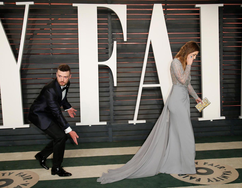 Justin Timberlake muss aufpassen, dass er nicht auf das Kleid seiner Liebsten Jessica Biel tritt.