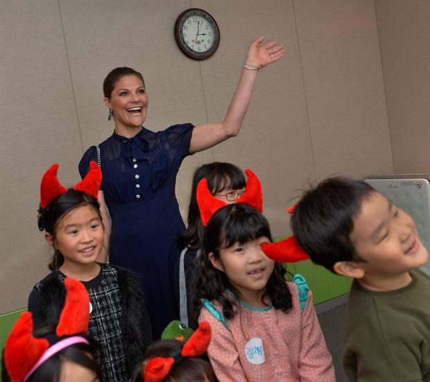 Tag 3  In der nationalen Bücherei begegnen der royalen Besucherin kleine Leseratten mit Teufelshörnen.