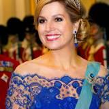 Dänemark Tag 1  Königin Máxima strahlt beim Bankett am Abend in ihrem Thronwechsel-Outfit. Diadem und Kleid passen farblich hervorragend zueinander.