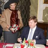 Deutschland Tag 1  In Lübeck trägt sich das Königspaar noch in das Goldene Buch der Stadt ein.