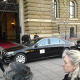 In dem Auto mit der Nummer 1 - hier vor dem Hamburger Rathaus - fährt natürlich das Königspaar.