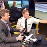 Dänemark Tag 2  Auf der Insel Samsø bekommen die royalen Besuchen die Gelegenheit, in einen Flugsimulator zu steigen. Für König Willem-Alexander, der diverse Pilotenlizenzen besitzt, ist das sicherlich ein besonderes Vergnügen.