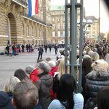 Auch vor dem Hamburger Rathaus warten Hunderte Fans des niederländischen Königspaares.